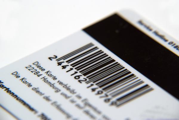 Karte mit Barcode und Magnetstreifen