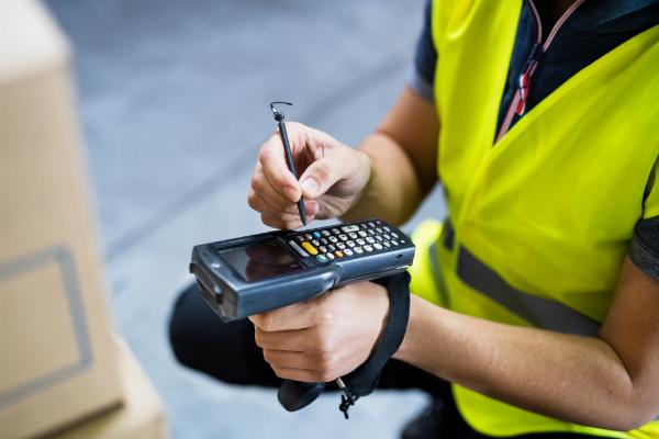 Lagerarbeiter mit Barcode-Scanner