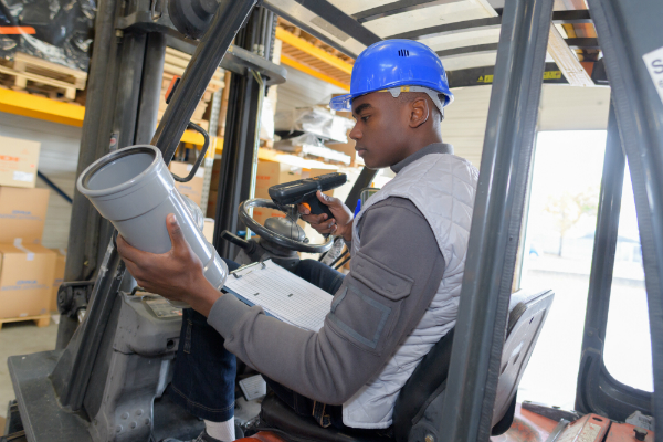 Fahrer eines Gabelstaplers mit Barcode Scanner