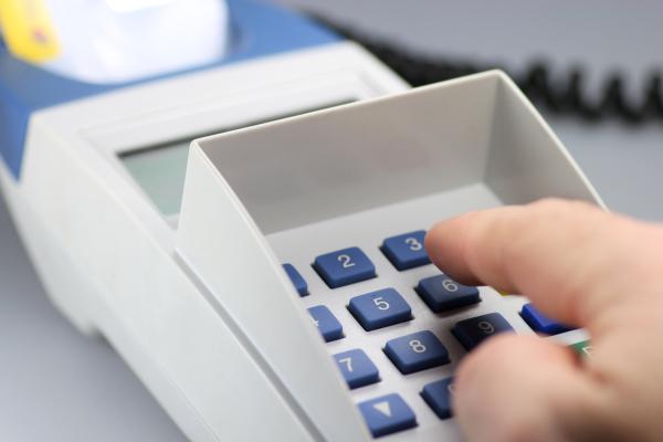 Eingabe der PIN am Kartenlesegeraet