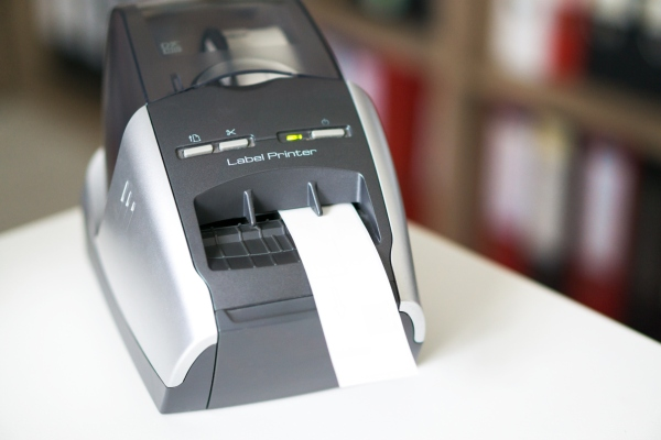 Label-Printer druckt Etiketten