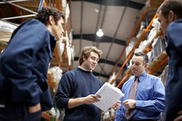 Manager und Arbeiter in einem Warenlager