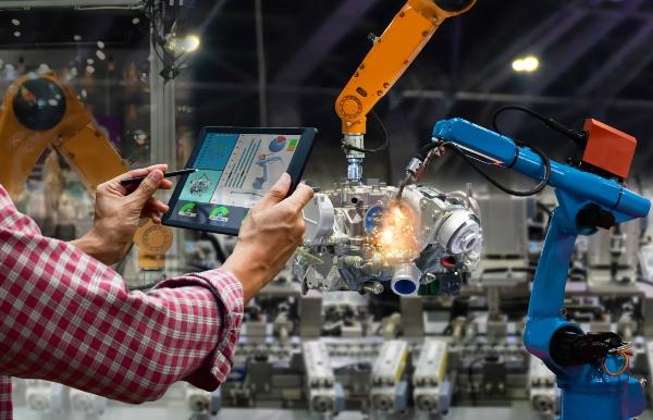 Ingenieur Touchscreen-Steuerung Roboter die Produktion von Werksteilen