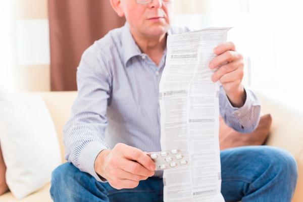 Senior liest Medikamenten Beipackzettel